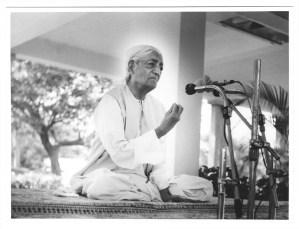Jiddu Krishnamurti (Telugú:జిడ్డు కృష్ణమూర్తి) o J. Krishnamurti (n. 12 de mayo de 1895, en Madanapalle, Andhra Pradesh, India – 17 de febrero de 1986, en Ojai, California, Estados Unidos), fue un conocido escritor y orador en materia filosófica y espiritual. Sus principales temas incluían la revolución psicológica, el propósito de la meditación, las relaciones humanas, la naturaleza de la mente y cómo llevar a cabo un cambio positivo en la sociedad global. Krishnamurti nació en la ciudad de Madanapalle, Andhra Pradesh, en la India colonial, y fue descubierto en 1909, cuando aún era un adolescente, por Charles Webster Leadbeater en las playas privadas del centro de la Sociedad Teosófica de Adyar en Madrás, India. Posteriormente fue adoptado y criado bajo la tutela de Annie Besant y C.W. Leadbeater dentro de la Sociedad Teosófica, quienes vieron en él a un posible Líder Espiritual. Sin embargo, rehusó a ser el mesías de un nuevo credo, hasta que en 1929 disolvió la orden creada para ese fin.1 Alegaba no tener nacionalidad, ni pertenecer a ninguna religión, clase social, o pensamiento filosófico. Pasó el resto de su vida como conferenciante y profesor viajando por el mundo y enseñando sobre la mente humana, tanto a grandes como a pequeños grupos. Fue autor de varios libros, entre ellos La libertad primera y última libertad, La única revolución y Las notas de Krishnamurti. A la edad de 90 años dio una conferencia en la ONU acerca de la paz y la conciencia, y recibió la Medalla de la Paz de la ONU en 1984. Su última conferencia fue dada un mes antes de su muerte en 1986. Paradójicamente, sus continuadores fundaron varias escuelas, en la India, Inglaterra y Estados Unidos; y tradujeron en varios idiomas muchos de sus discursos, publicándolos como libros filosóficos. La biógrafa Mary Lutyens escribió un libro acerca de la juventud de Krishnamurti cuando vivía en la India, Inglaterra, y finalmente en Ojai, California titulada Krishnamurti: The Years of Awakening. Ella form